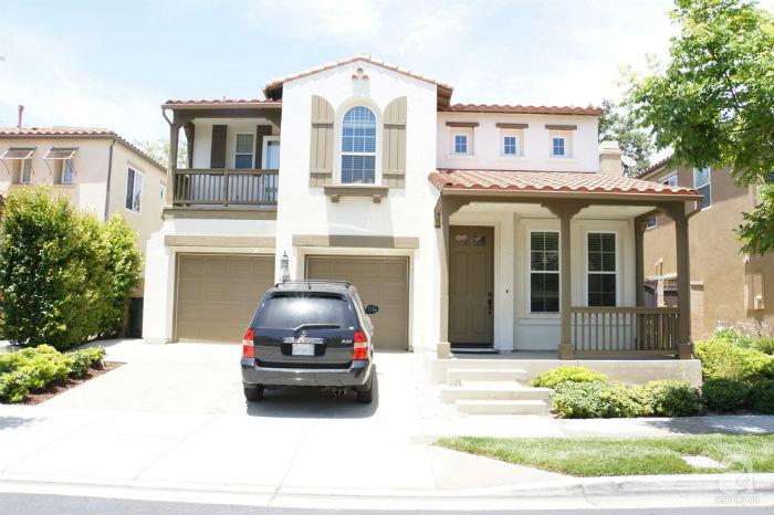 Toàn cảnh ngôi nhà 2 tầng giản dị với tông màu nâu - trắng sang trọng.