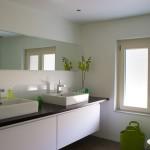 Phòng tắm đẹp như trong khách sạn nhờ bình hoa nhỏ